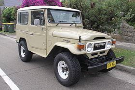 1980_Toyota_Land_Cruiser_(FJ40)_hardtop_(26042130985).jpg